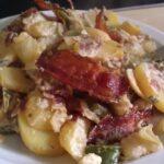 Aardappelschotel met ontbijtspek